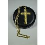 Important crucifix et sa chaîne en or jaune 18ct, crucifix 80 x 46 mm, poids total 56 g.