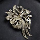 Broche Art Nouveau en or blanc et diamants.