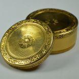 Très belle boîte ronde en or jaune guilloché, 52x24 mm 45,4 g. Epoque Louis XVI.