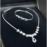 Parure en or blanc composée dun collier richement pavés de diamants et saphirs. Bracelet...