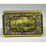 Très belle boîte rectangulaire en or et émail. Sur le fond, linscription TU FORTITUDO MEA, sur...