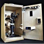Microscope Carl Zeiss, Jena, Korneal, dans boîte en bois originale avec accessoires. Hauteur de la...