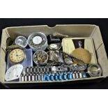 1 boite avec montres et pièces détachées.