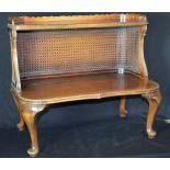 Petit meuble d'appoint, paroi cannée. H  57cm – L  65cm – P  43cm.