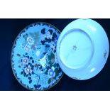 Lot comprenant 1 assiette en porcelaine peinte de symboles de chance chinois, chauves-souris et...