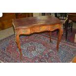 Table bureau style Louis XV, dessus en cuir. H  75cm, L  97cm, P  58cm.