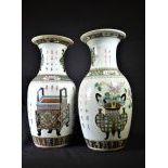 Paire de vases chinois en porcelaine. Dynastie Qing, 1644 - 1912. Motifs de brûleurs d'encens...