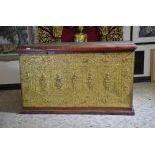 Bahut asiatique, bois doré sculpté sur 3 côtés. H  75cm, L  125cm, P  66cm.