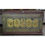 Bahut asiatique bois doré sculpté sur 3 côtés en relief et ciselures  danseurs et animaux. H ...