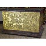 Bahut asiatique bois doré sculpté sur 3 côtés.H  63cm, L  97cm, P  60cm.