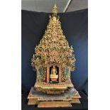 Très riche temple de Bouddha, Thaïlande, 18 19ème s. Hauteur 130cm, largeur  65cm.