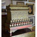 Bahut asiatique sur son support, doré, paillettes à miroir. H  108cm, L  96cm, P  63cm.