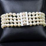 Bracelet à 4 rangées de perles, fermeture en or blanc, très bon état.