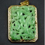 Joli pendentif en or 18 ct surmonté de jade vert finement ciselé poids brut 18 g.
