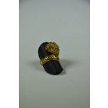 Bague en or 18ct, 2 couleurs, tête de lion avec rubis et diamants 10 g.