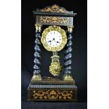 Pendulette en bois marqueté et colonnes torsadées Charles X, cadran émail. Hauteur  52cm.