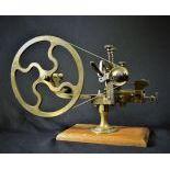 Machine d'horloger à arrondir sur socle en bois. Hauteur  30cm.
