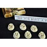 Petite boîte miniature en os contenant 6 très fines sculptures en forme de cabochons représentant...