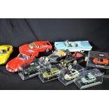 Collection de 15 petites voitures de marques Schuco, Burago et autres. Plusieurs dans leurs boîtes...