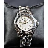 Wristwatch TAG HEUER, completely made of white gold. Quartz movement. Diamonds  on the lunette. Ø...