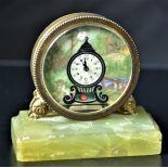 Pendulette type pendulum signé La Neuchâteloise, cadran peint et balancier visible. En très bon...