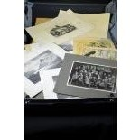 Coffret contenant diverses gravures et photos.
