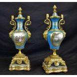 Paire de vases porcelaine bleue avec scènes galantes peintes, montures en bronze doré, sur socles...