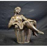 Bronze érotique, Jeune femme dans corbeille, en deux parties. Env. 1900 20. Hauteur  19cm.