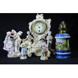 Lot d'objets en porcelaine, 1 pendulette, 1 couple galant avec une volière, 2 musiciens et 1 pied...
