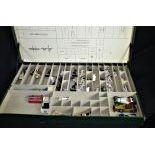 Collection d'anciennes petites voitures en métal et de figurines de marins Starlux dans boîte en...