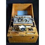 Appareil de médecine producteur d'électricité avec batterie. Hauteur  31cm.